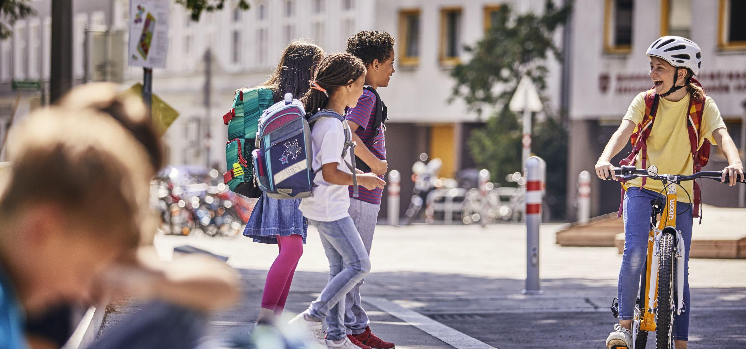 Kinder auf dem Schulweg: zu Fuß und mit dem Rad.