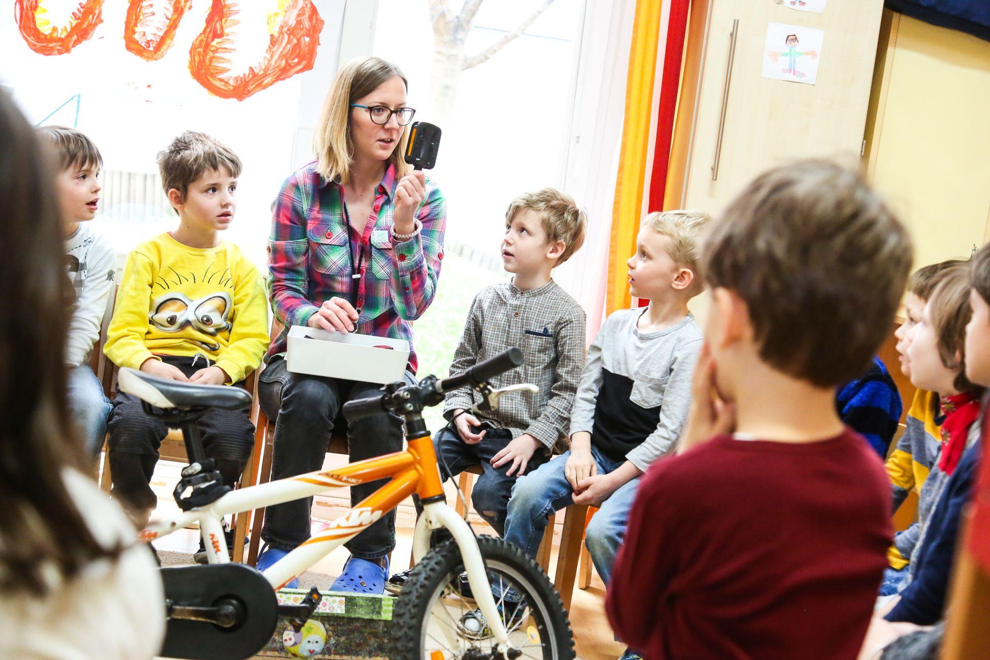 Im Kindergarten wird mit der Mobilitätsbox für Kinder gearbeitet.