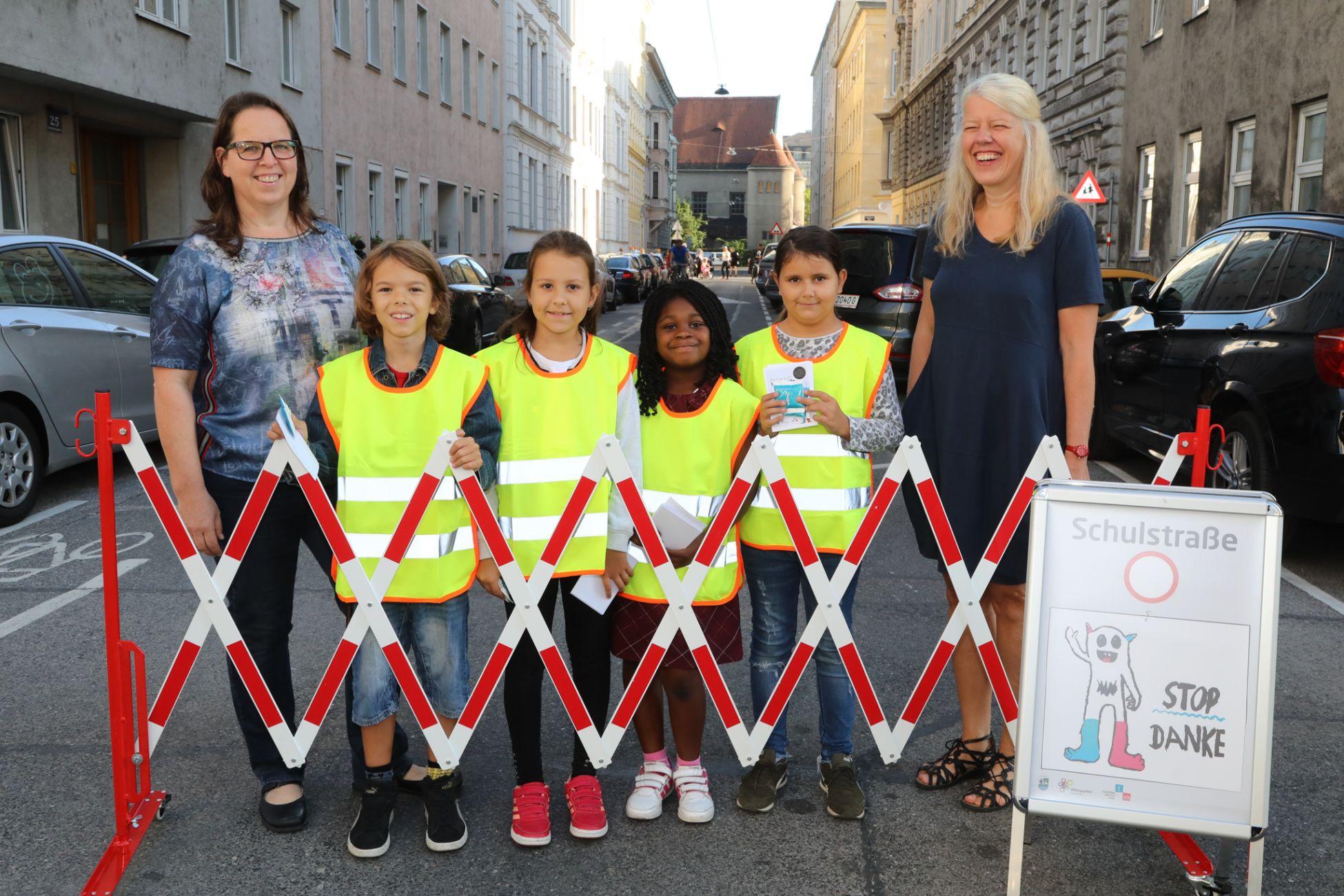 Lehrerinnen und Kinder der Volksschule Vereinsgasse machen die AutolenkerInnen auf die Sperre aufmerksam.