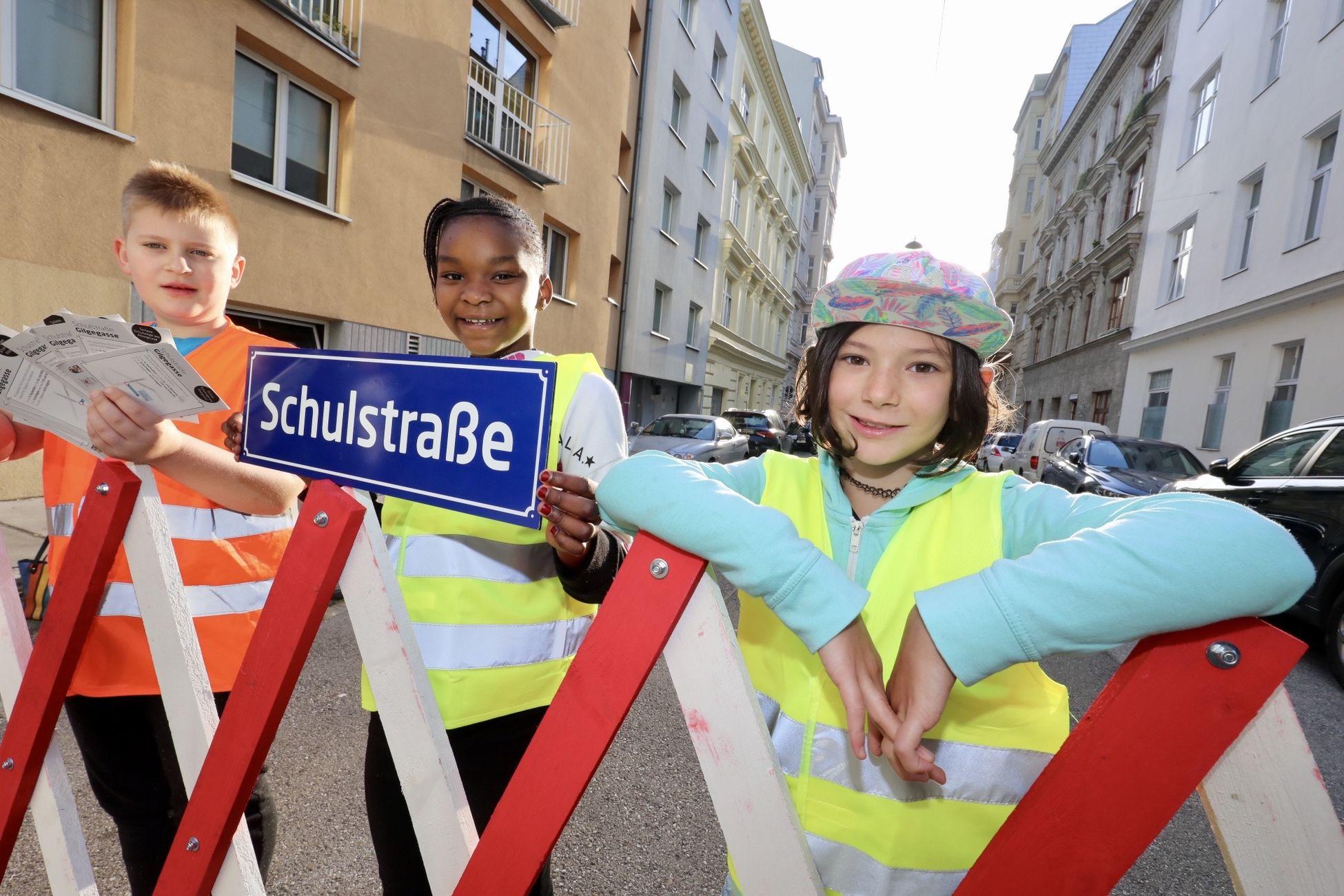 In Wien gibt es mittlerweile 4 Schulstraßen. Dort golt zu Unterrichtsbeginn ein 30-minütiges Fahrverbot für Kfz. Dies dient der Sicherheit der Kinder.