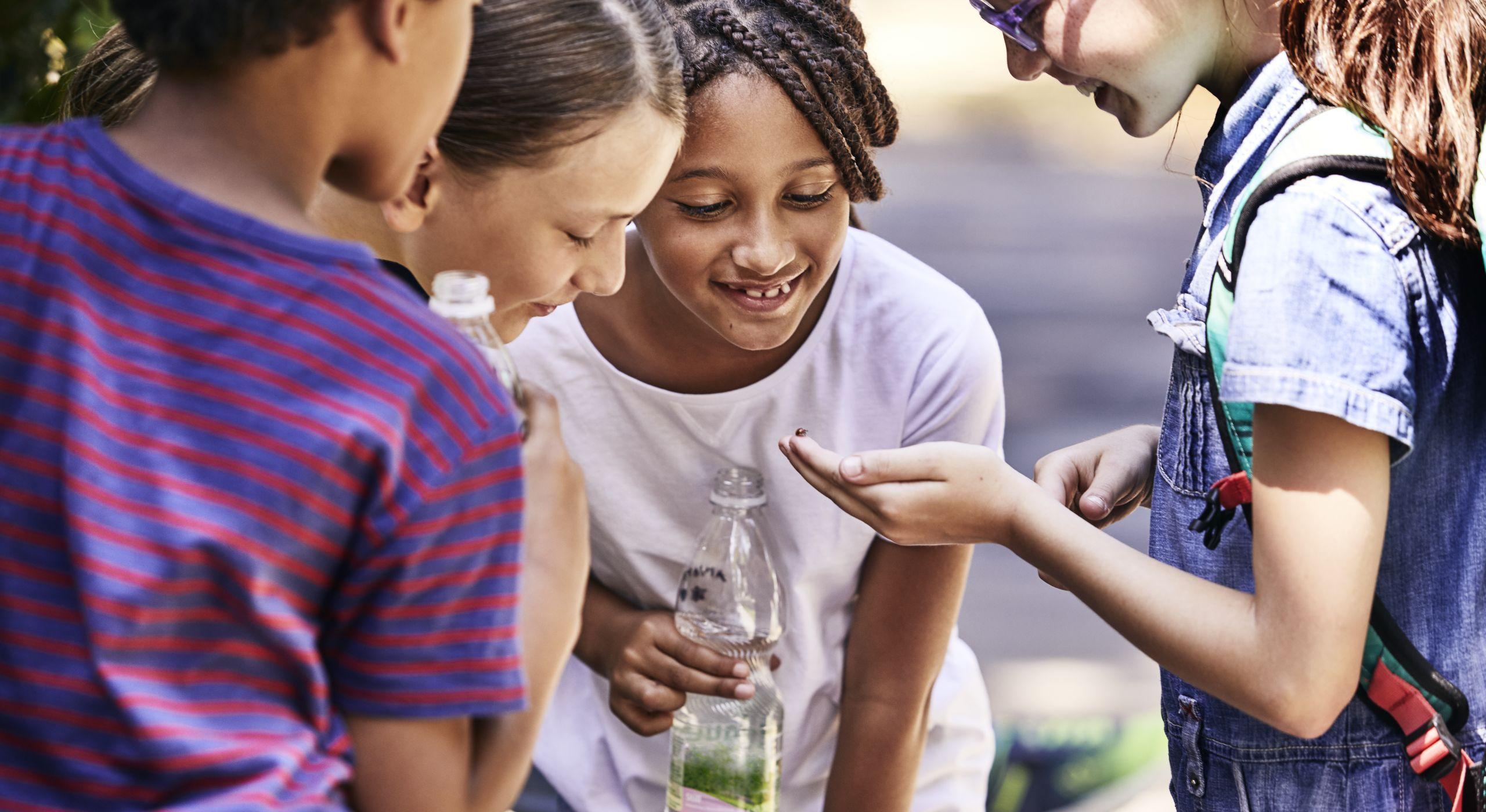 Kinder beim Entdecken ihres Grätzls.