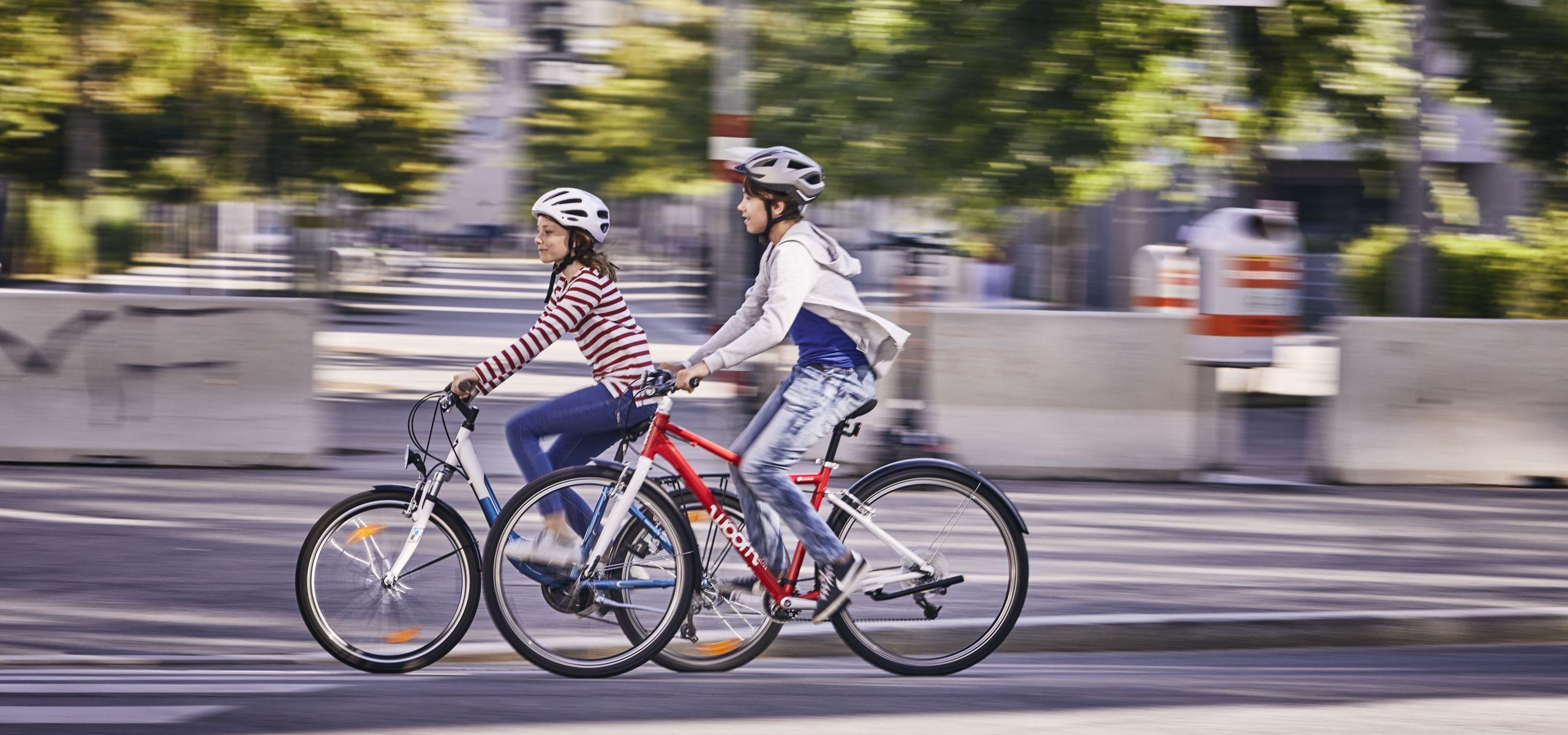 Ein Mädchen und ein Bub beim Radfahren