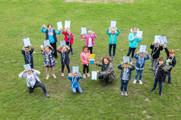 Schülerinnen und Schüler der GTVS Wulzendorfstraße mit ihren Urkunden und dem Pokal